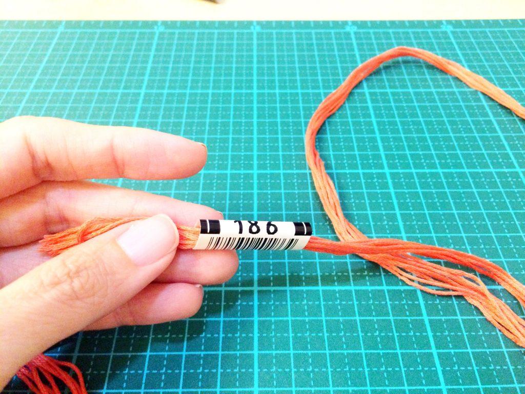 刺繍糸の抜き方ラベルを8本にとおす