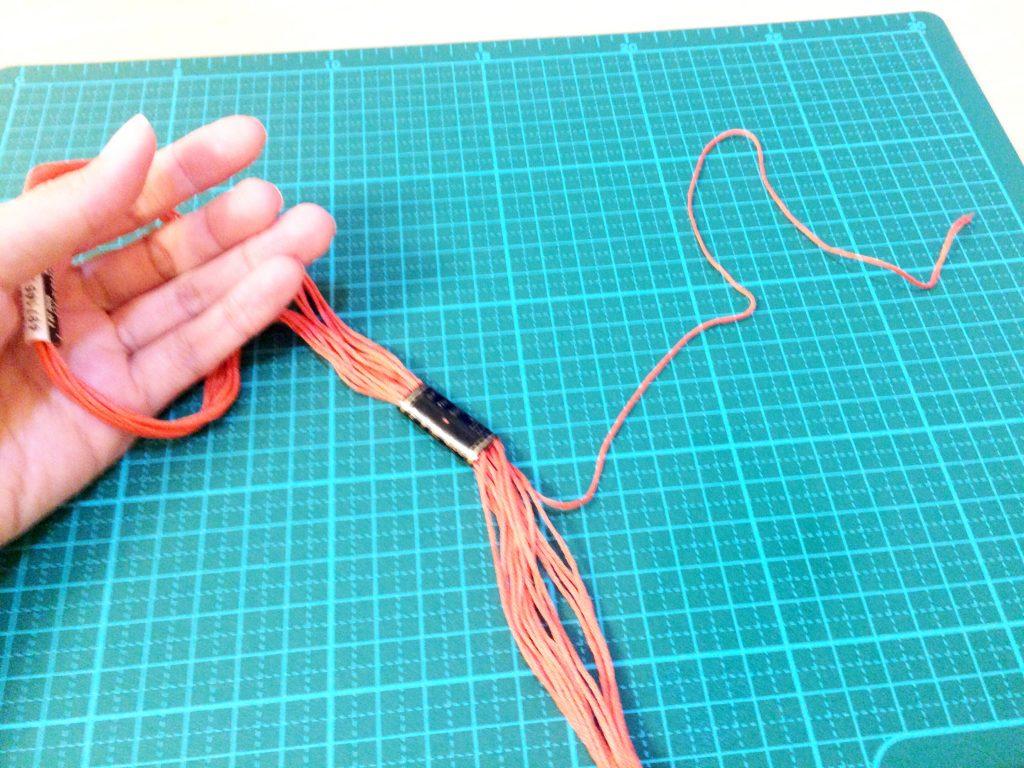 刺繍糸の抜き方8本のうちの1本を抜く