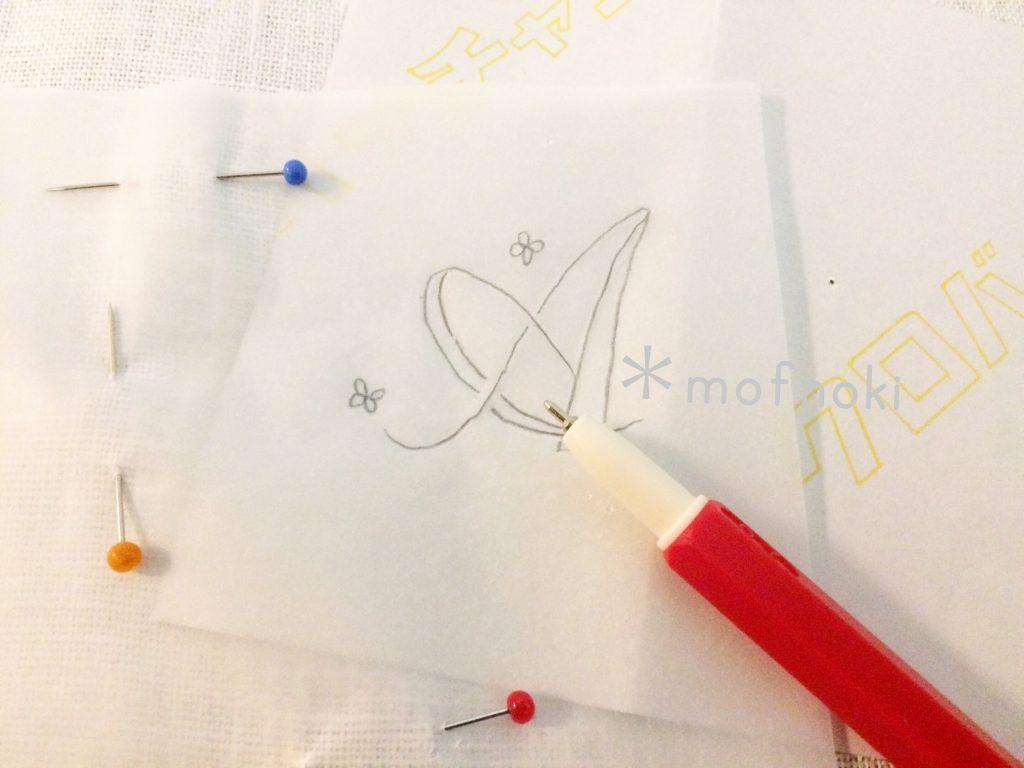 刺繍の文字図案をトレーサーでなぞる