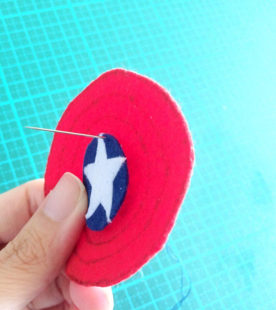 キャプテンアメリカ盾青い部分をぬいつける